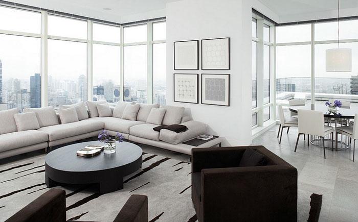 Угловой диван в просторной гостиной.