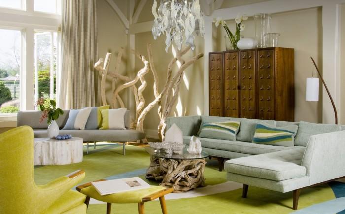 Декоративное дерево добавит изюминку в яркий интерьер гостиной комнаты.