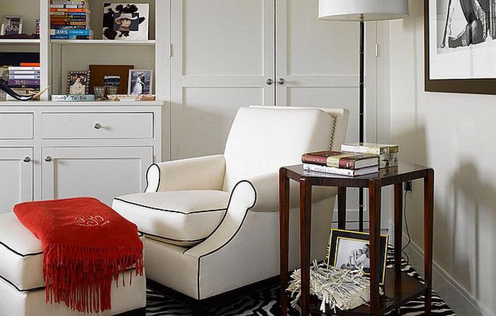 Необычное кресло светлого оттенка, которое позволит создать уютный уголок для чтения.