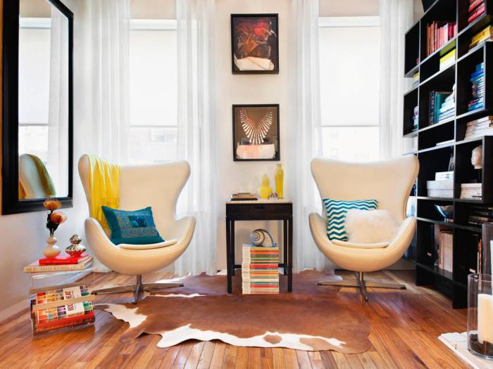 В небольшой гостиной комнате габаритный диван можно заменить парой удобных кресел.
