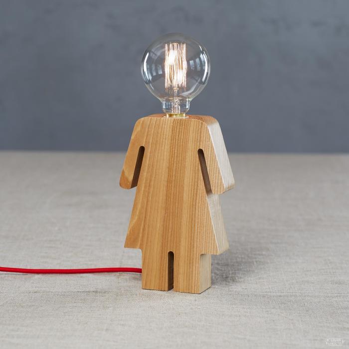 Миниатюрный деревянный светильник.