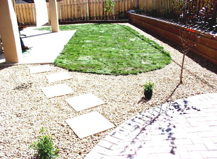 Популярным способом использования бетона в ландшафтном дизайне является оформление садовой дорожки.