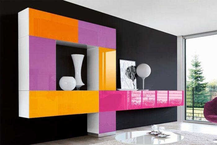 Контрастное сочетание цветов в гостиной комнате.