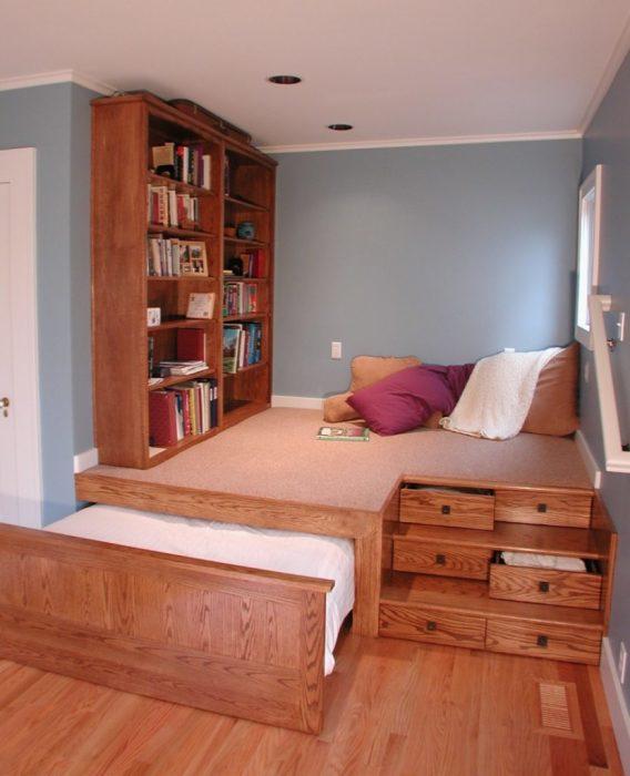 Выдвижная кровать, которая прячется в классический дереянный подиум.
