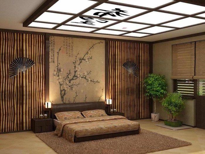 Необычная цветовая гамма, мягкое освещение, японский пейзаж над изголовьем кровати и бамбуковые стены создают необыкновенную и уютную атмосферу.