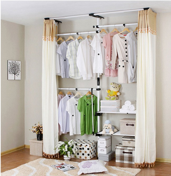 Гардеробную, которая обустроена в гостиной комнате можно занавесить обычными шторами.