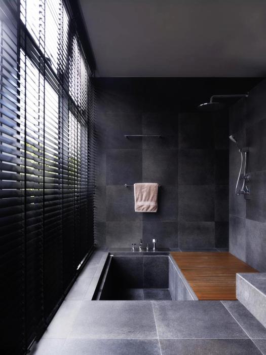 Совместить ванну и душ можно даже в небольшой ванной комнате.