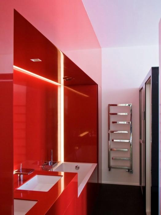 Ярко красный интерьер - очень необычное и смелое решение для ванной комнаты.
