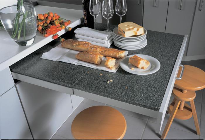 Выдвижной кухонный стол поможет значительно сэкономить пространство на кухне и станет настоящим помощником в вопросах организации пространства.