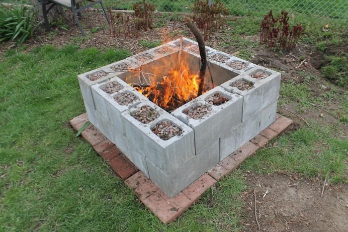 Место для разведения и поддержания огня можно обустроить с помощью небольшого количества шлакоблоков.
