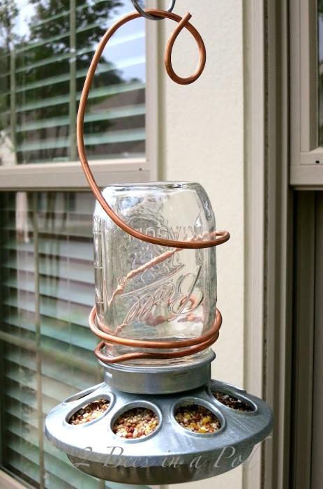 Необычная кормушка для птиц из обыкновенной стеклянной банки.
