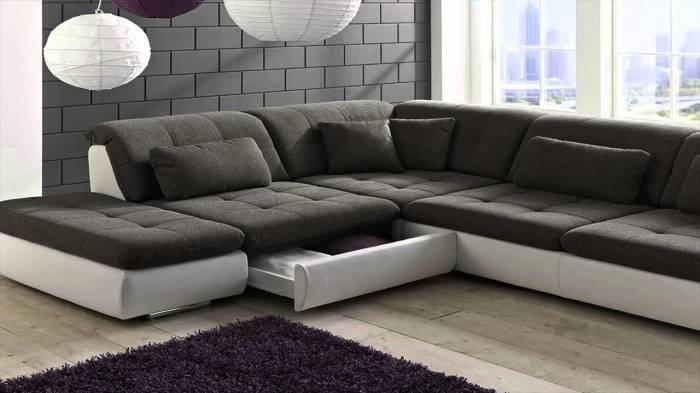 Стильный модульный диван в углу гостиной комнаты.