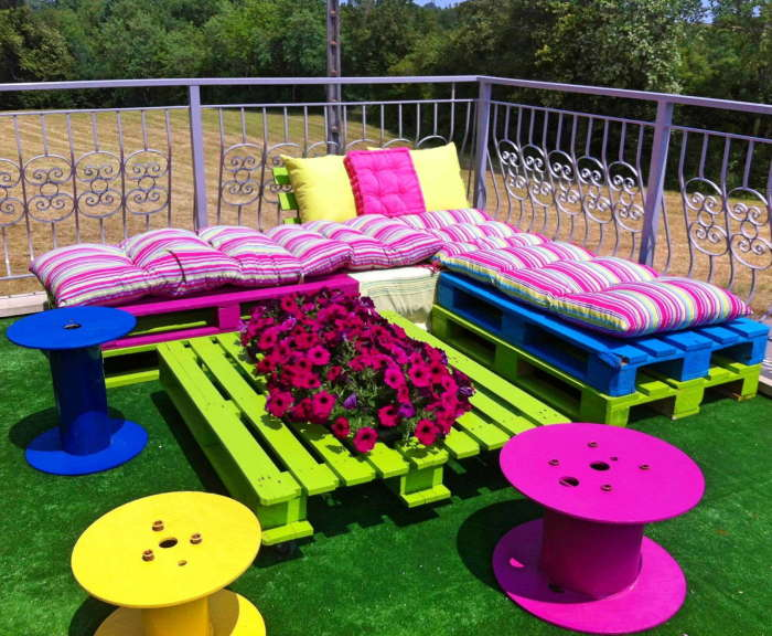 Мебель для дачного участка из старых деревянных поддонов, которая станет уникальным элементом в саду.