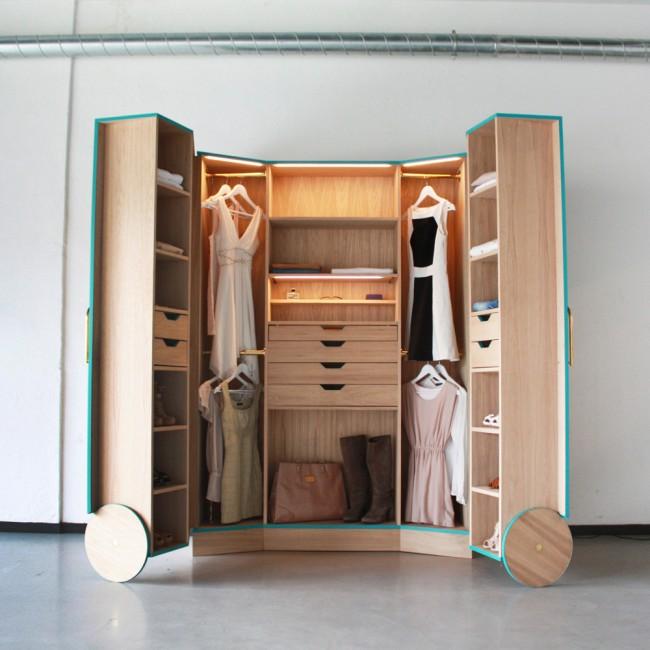 Раздвижная гардеробная, которая вместительна и удобна.