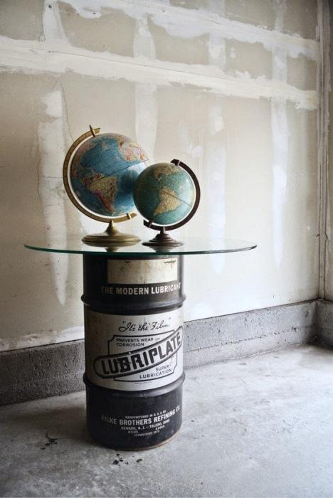 Современный стиль комнаты можно подчеркнуть столиком из ненужной металлической бочки.