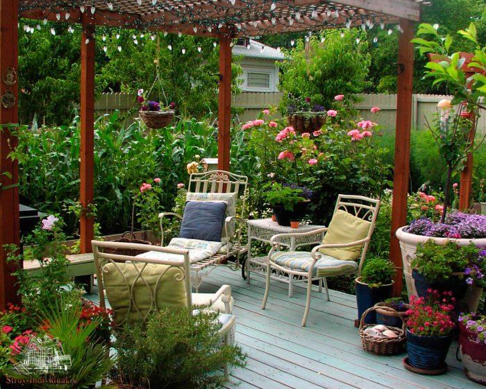 Деревянная беседка - открытая конструкция, которая создаст укромный уголок в саду и обеспечит приятные посиделки на природе.