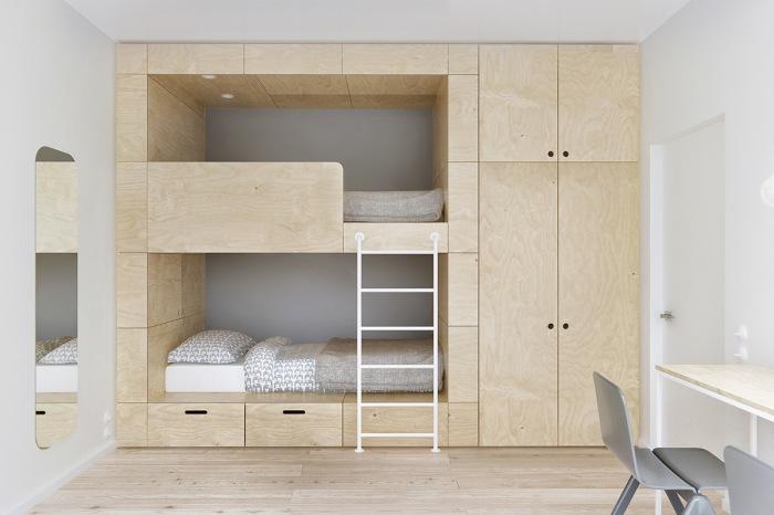 Современное и эффективное решение - кровать с двумя ярусами и приставной лестницей.