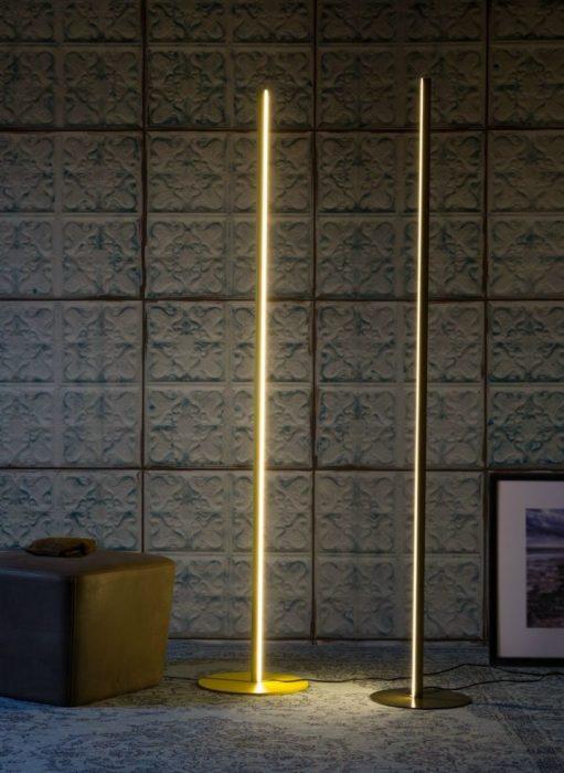 Напольный светильник всего лишь из одной металлической трубки.