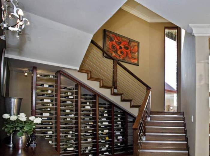 Маленький винный погреб под лестницей.