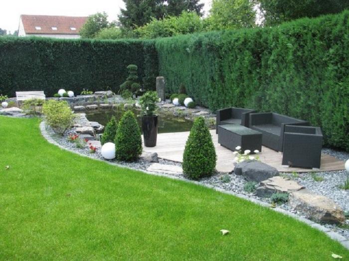 Сад в котором отлично сочетаются натуральные и искусственные материалы.