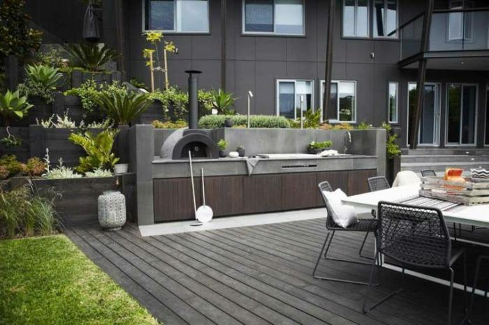 Классическая летняя кухня должна соответствовать общему стилевому направлению участка.