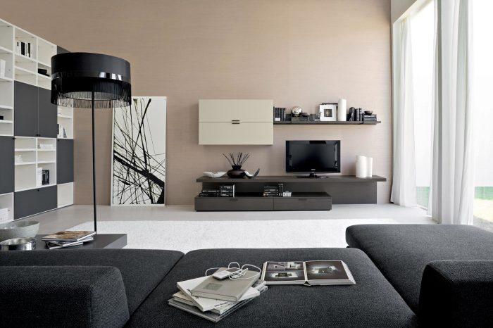 Простой, но безупречный интерьер гостиной комнаты с максимально комфортно обустроенной зоной для просмотра телевизора.