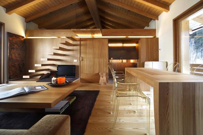 Деревянная отделка двухуровневой комнаты в загородном доме.