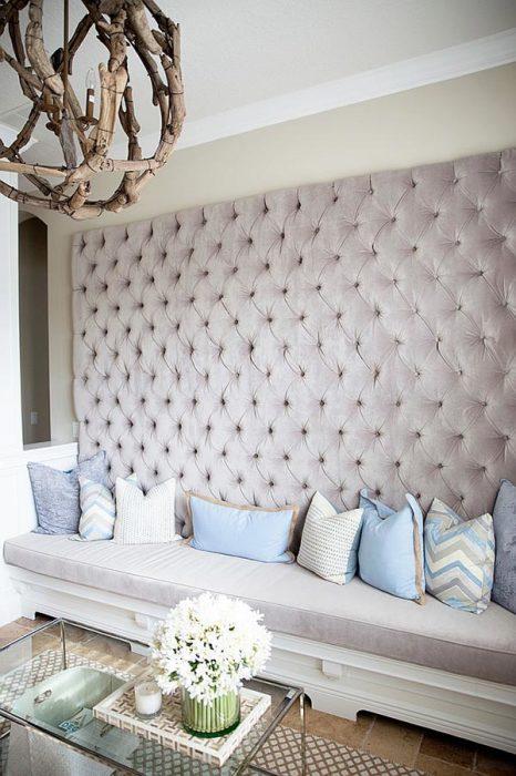 Материал для изголовья кровати можно подобрать под цвет штор, ковра и других аксессуаров.