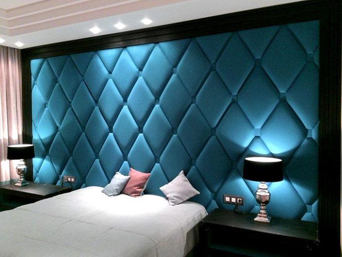 Мягкое контрастное изголовье кровати, на котором заложены определённым способом пышные, объемные складки на ткани.
