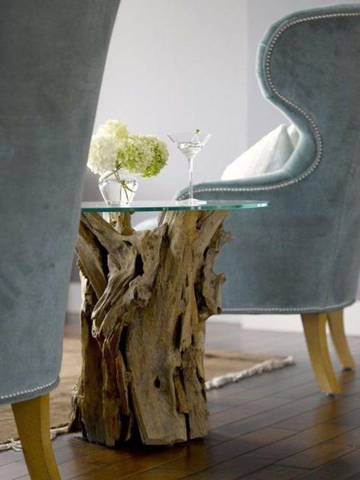 Стеклянный столик на деревянной опоре.