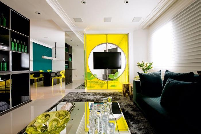 Ярко-жёлтый цвет в зоне для просмотра телевизора как основной акцент гостиной комнаты.
