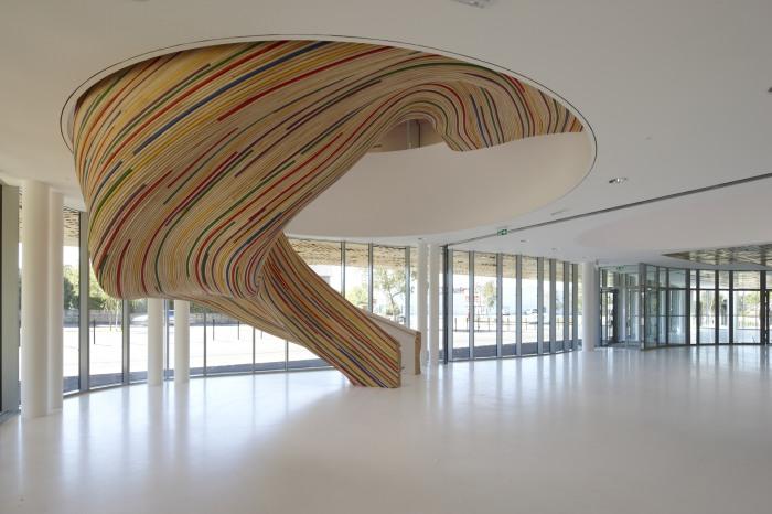 Яркая деревянная лестничная конструкция очень необычной формы.
