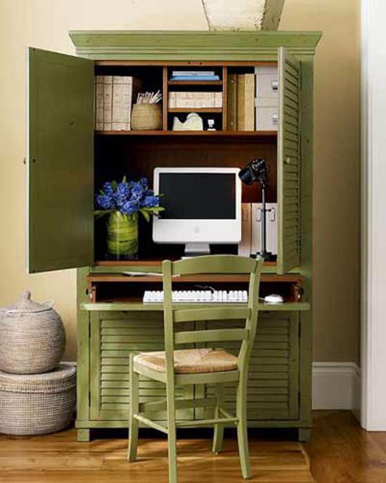 Компактный офис, который можно разместить в старом шкафу.
