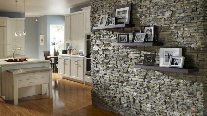 Декоративный литьевой камень в стандартном интерьере кухни.