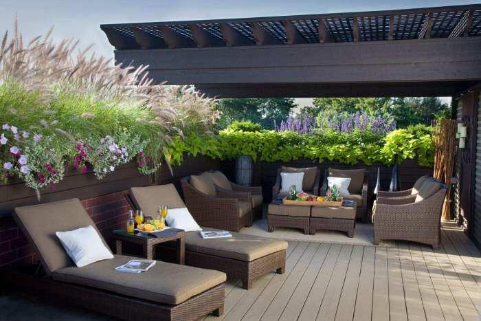 Небольшая площадка для отдыха с удобными шезлонгами и садовой мебелью станет чудесным местом для трапез на свежем воздухе.