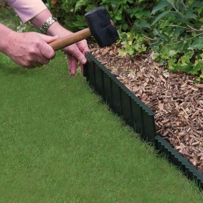 Специальное садовое металлическое ограждение, которое разделяет газон и клумбу.