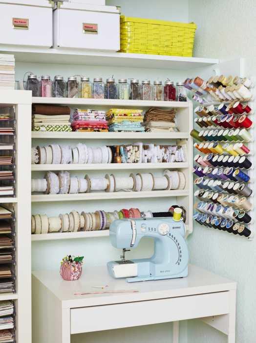 Шкаф с встроенным столиком для швейной машинки и принадлежностей для шитья.