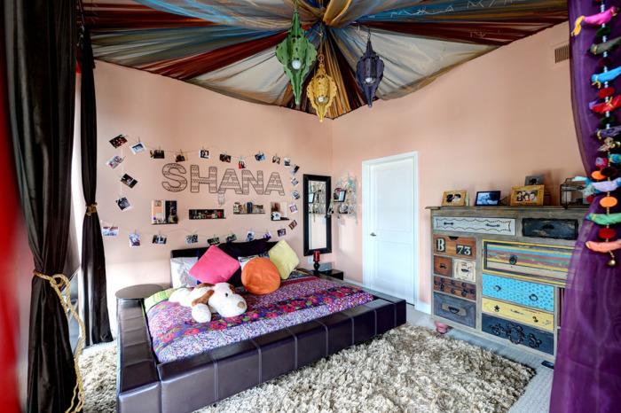 Однотонный пушистый ковер в хорошо обустроенной детской комнате