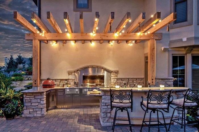 Кухня под открытым небом с легким и равномерным освещением.