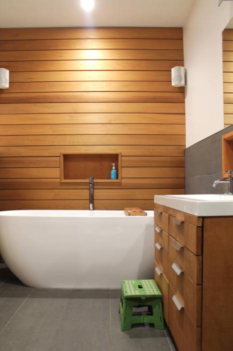 Обшивка стен деревом в ванной комнате требует особых усилий и профессионального взгляда.