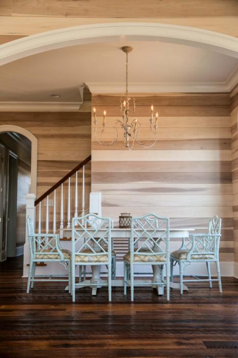 Утепление комнаты с помощью деревянных панелей из светлой породы древесины.