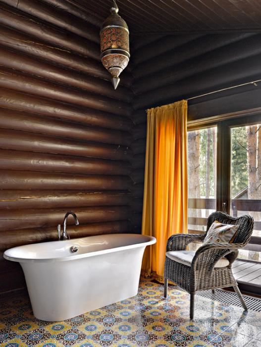 Применение дубовых досок в интерьере ванной комнаты - доступный, но дорогой вариант для отделки стен.