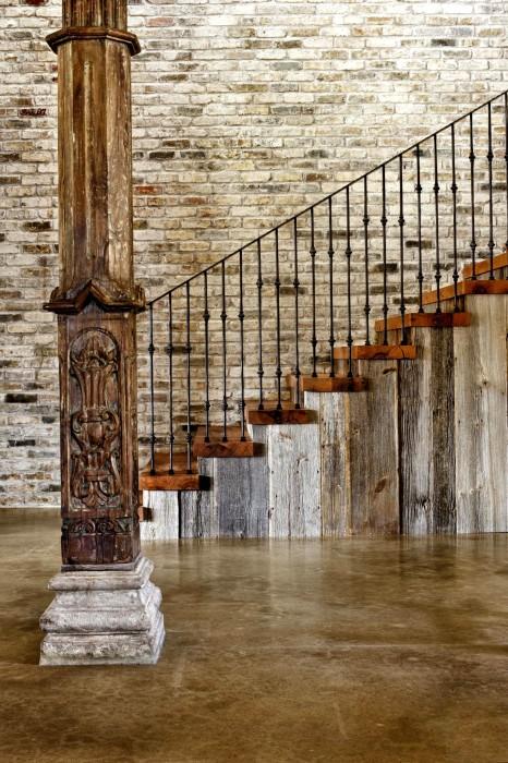 Комбинированная лестница в который удивительным образом сочетается дерево и метал.