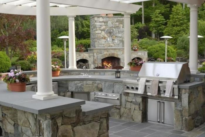 Летняя кухня в традиционном стиле создаёт неповторимую атмосферу единения с природой.