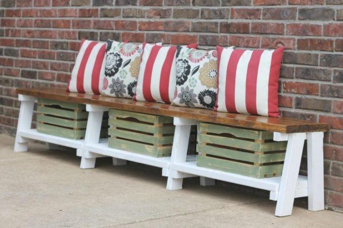 Классическая деревянная скамейка с ёмкостью для хранения подушек.