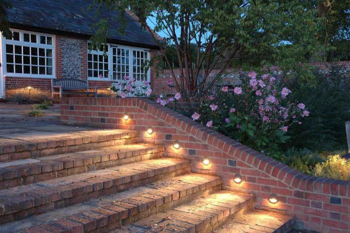 Кирпичные ступеньки с подсветкой, создадут загадочную и теплую атмосферу в вашем саду.