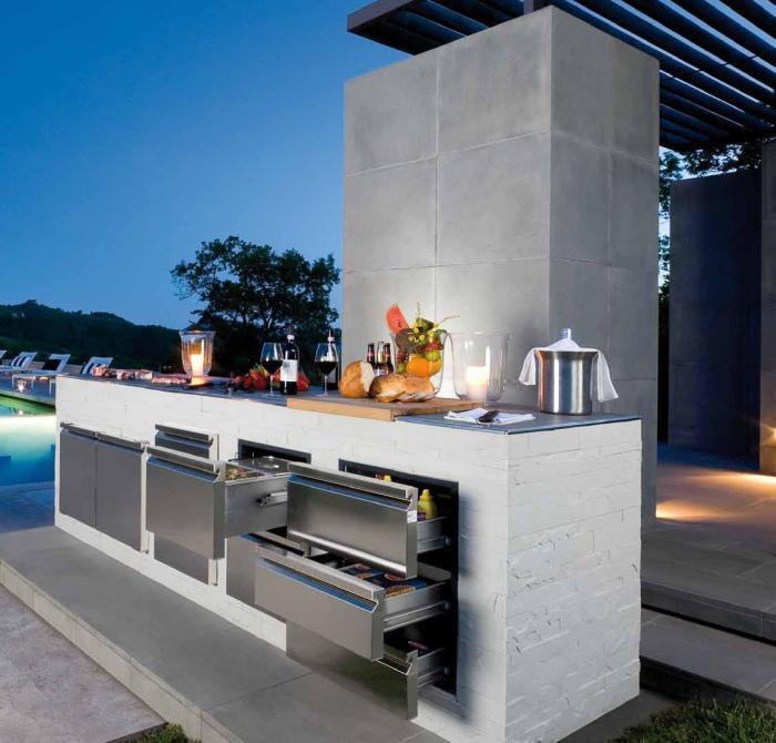 Летняя кухня в минималистском стиле, пристроенная к бассейну.