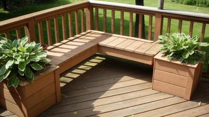 Угловая многофункциональная скамейка для изготовления которой использовалась светлая порода дорогой древесины.