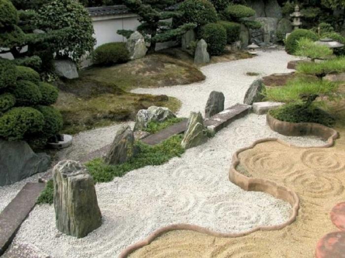 Удивительная композиция, созданная из щебня, песка и мелкой гальки.