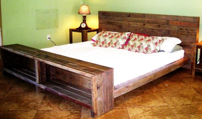 Стильная и практичная кровать из деревянных поддонов для тех, кто предпочитает экологически чистые материалы.